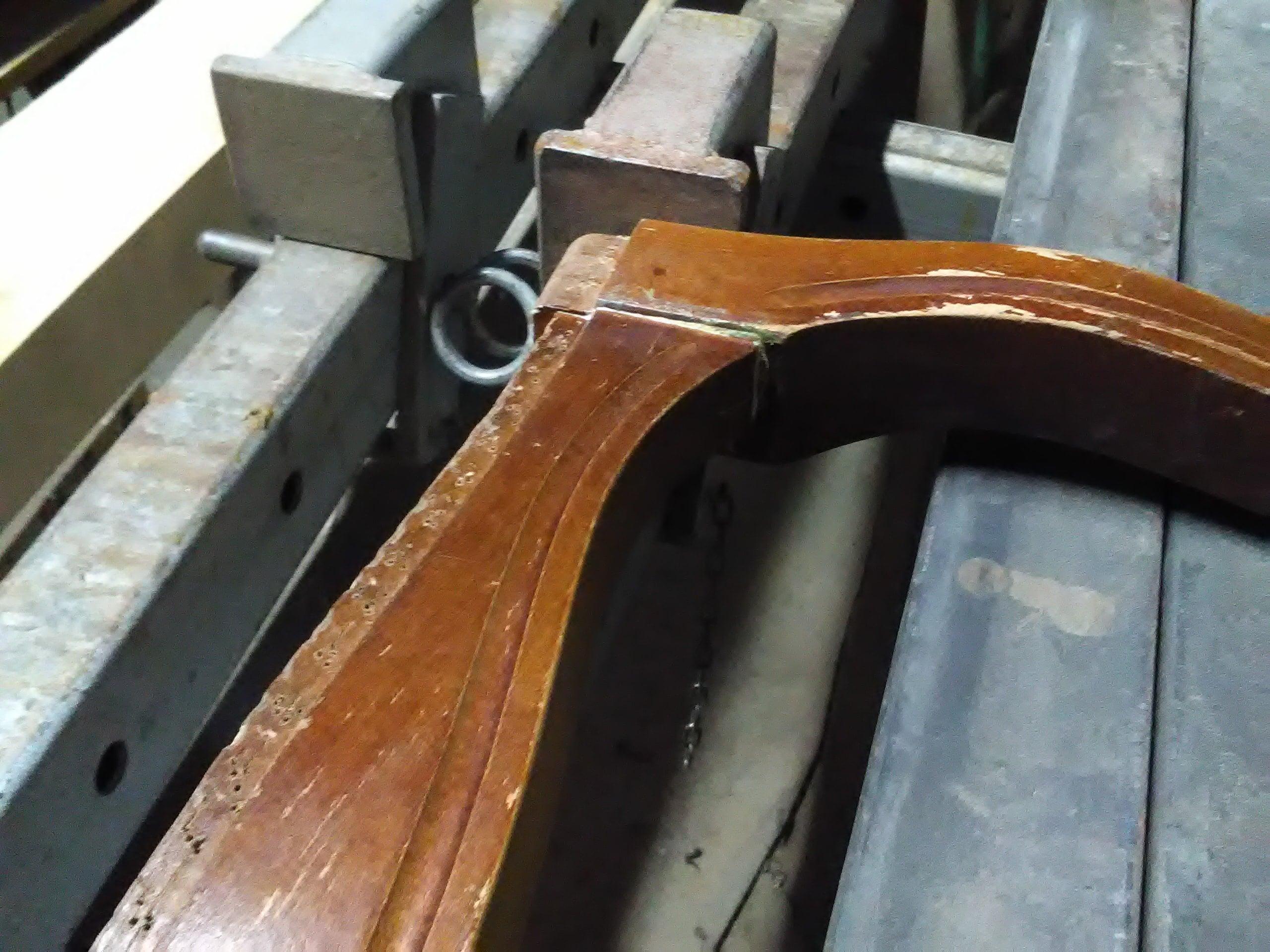 Klejenie przodu krzesła