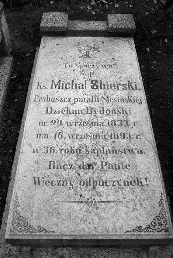 Grób ks. Michała Zbierskiego przy kościele w Ślesinie.