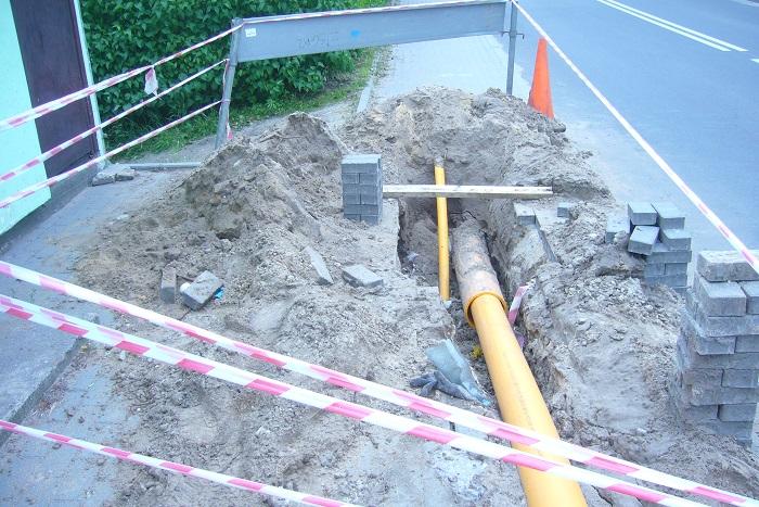 Widok na ul. Bydgoską w Potulicach, gdzie trwają prace przy zakładaniu sieci gazowej